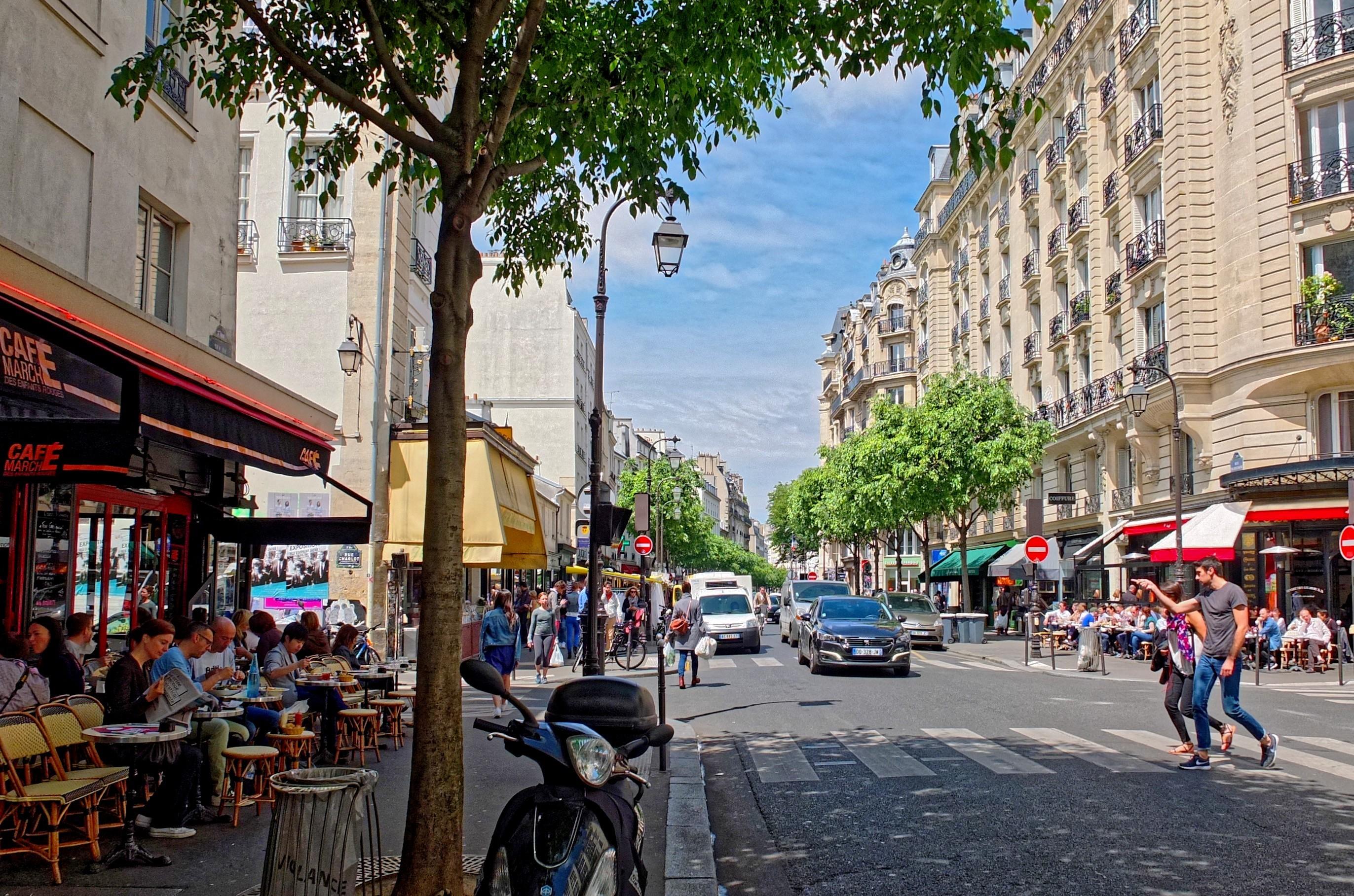 vue d'une rue commerçante à Paris
