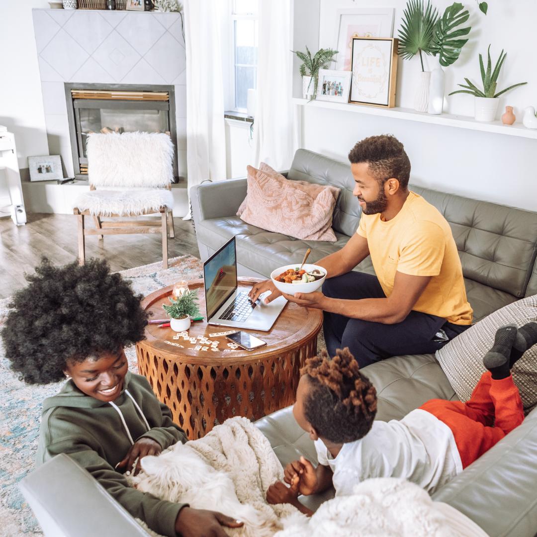 cette image montre une famille ayant réussie a avoir un prêt immobilier
